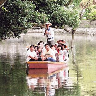Rowing through Yanagawa