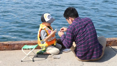 Baiting a hook in Jogashima