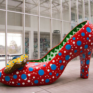 High Heel, Yayoi Kusama, 2002 (photo by Simone Armer)