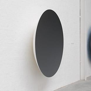 《Monochrome (Garnet)》2015 年 ファイバーグラス、塗料 188 x 188 x 39 cm