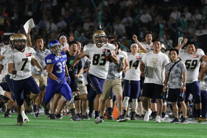 Tarou Mizuno runs for the end zone at the 2017 Pearl Bowl