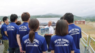 Volunteer students from Kumamoto attend a talk about local reconstruction efforts.
