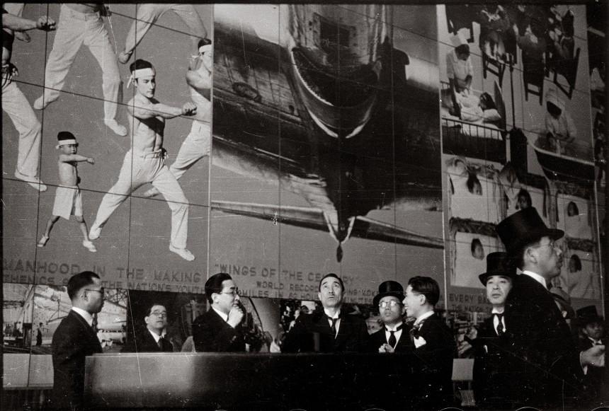 〔1939年4月 ニューヨーク万博国際館日本部の写真壁画《躍進日本》前〕